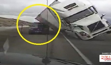 Incredible! Cops were lucky to be outside when huge trailer crashes onto a police car due to strong wind