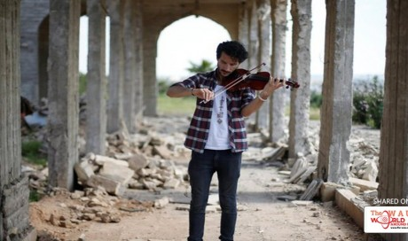 """""""We want to be happy"""" — Iraqi violinist plays in Mosul as troops battle Daesh"""